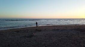 海景日落行动在罗马海岸的时间间隔在奥斯蒂Lido海滩 股票录像