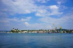 海景有港口城市的看法夏天晴天的 库存照片