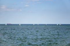 海景有风船、海和天空背景 库存图片
