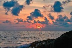 海景海上的夏天日落有岩石的 在海的云彩橙色光晚上太阳的 寂寞风景 免版税库存图片
