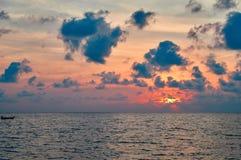 海景海上的夏天日落 在海的云彩橙色光晚上太阳的 寂寞风景 库存图片