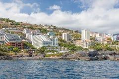 海景海岸线有丰沙尔现代旅馆的马德拉岛海岛  库存照片