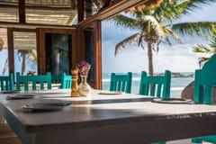 海景热带海滩餐馆,浅焦点 免版税库存照片