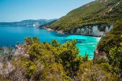 海景爱奥尼亚海,美丽如画的惊人视图海岸线希腊,欧洲 ( 免版税库存图片