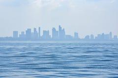 海景视图有城市背景 库存图片