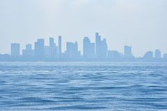 海景视图有城市背景 免版税库存照片