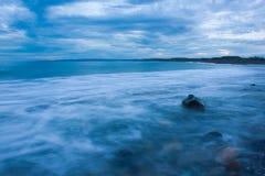 海景陈列挥动形成薄雾,当他们飞溅反对沿海岩石在李子点,牙买加 库存照片