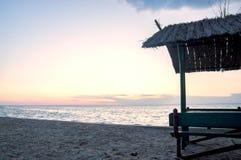 海景,在海岸的木眺望台在晚上 免版税库存图片