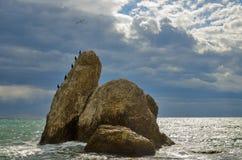 海景,大岩石在多云天空,克里米亚的背景的海 免版税库存照片