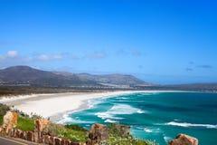 海景,绿松石海洋水波,天空蔚蓝,白色沙子偏僻的海滩全景Chapmans峰顶推进路,南非海岸t 免版税库存照片
