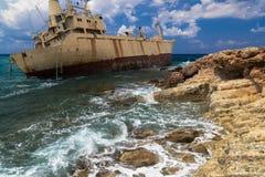 海景:在岩石岸附近被遭受海难的小船 免版税图库摄影