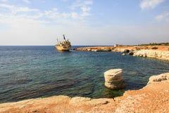 海景:小船EDRO III遭受了海难靠近岩石岸在日落 地中海,在帕福斯附近 塞浦路斯 免版税图库摄影