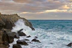 海景 在海运的日落 岩石在水中 库存照片