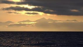 海景-太阳光芒照亮的云彩,漂浮横跨天空   股票录像