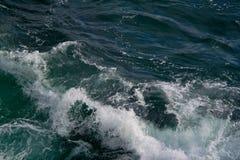 海景 碰撞在海挥动 库存图片