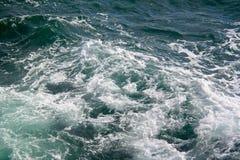 海景 碰撞在海挥动 免版税库存图片