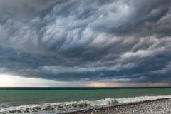 海景-风雨如磐的天空和汹涌的海 库存照片