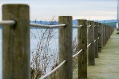 海步行在桑坦德有安全树干和绳索的在海湾附近的 免版税库存照片