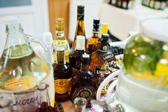 海氏,乌克兰- 2018年2月08日, :一些个瓶酒精bever 库存图片