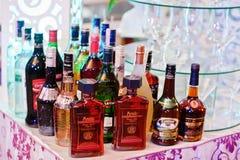 海氏,乌克兰- 2018年2月08日, :在婚礼禁令的酒精瓶 免版税库存照片