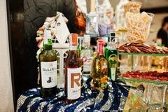 海氏,乌克兰- 2018年2月08日, :在婚礼禁令的酒精瓶 库存图片