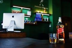 海氏,乌克兰- 2017年11月08日, :红色标签whisley瓶和 免版税图库摄影