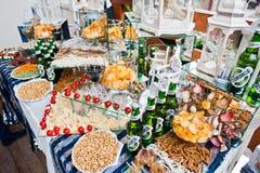 海氏,乌克兰- 2018年7月10日:承办宴席的桌充分另外锡 免版税库存照片