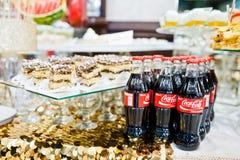 海氏,乌克兰- 2016年10月25日:在自助餐的可口可乐瓶 免版税库存图片