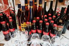 海氏,乌克兰- 2016年10月25日:有Metaxa的co可口可乐瓶 免版税库存图片