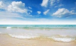 海沙太阳海滩蓝天泰国风景自然观点 免版税库存图片