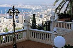 海法看法从Bahai庭院上部大阳台的  图库摄影