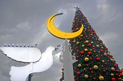 海法,以色列- 2017年12月30日:假日假日、圣诞树和光明节menorah的装饰街道以a的形式 免版税库存图片