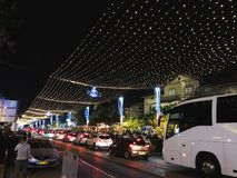 海法,以色列- 2017年12月22日:假日圣诞节的装饰街道在德国殖民地在海法 库存照片
