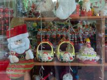 海法,以色列- 2017年10月12日:圣诞节商店窗口 免版税库存照片