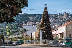 海法,以色列2017年12月18日:在本古理安S的圣诞树 免版税库存图片