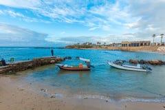 海法,以色列- 2013年2月18日:渔夫和小船在Caes附近 免版税库存照片