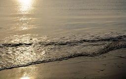 海波浪、日落和亚得里亚海的冬天大海 库存图片