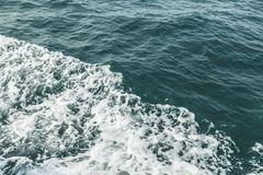 海波浪关闭,低角度视图 免版税库存照片