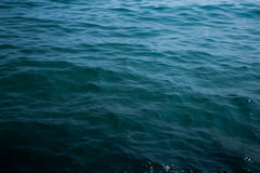 海波浪关闭,低角度视图 库存照片