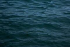 海波浪关闭,低角度视图 库存图片