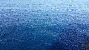 海波浪关闭,水在一明亮的天,海洋背景照片明亮的蓝色透明水的表面 影视素材