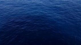 海波浪关闭,水在一明亮的天,海洋背景照片明亮的蓝色透明水的表面 股票录像
