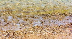 海波浪击中了岸 库存图片