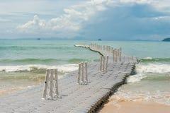 海波浪和一艘浮方船,海的看法 免版税图库摄影