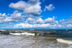 海波浪和云彩在蓝天 图库摄影