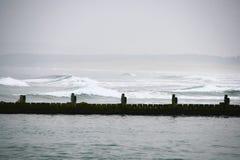 海波浪和堤道 免版税图库摄影