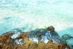 海波浪和岩石 免版税库存照片
