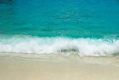 海波浪和沙滩 免版税图库摄影
