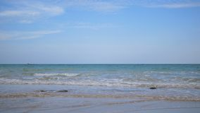 海波浪和海滩与天空蔚蓝 股票录像
