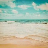 海波浪和海滩 免版税库存照片